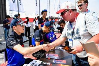 Daniil Kvyat, Toro Rosso shakes hands with a fan