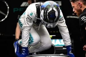 Valtteri Bottas, Mercedes AMG F1, sale sulla sua monoposto