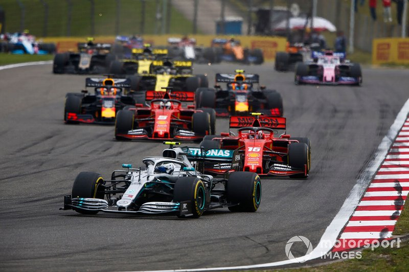 Valtteri Bottas, Mercedes AMG W10, precede Charles Leclerc, Ferrari SF90, Sebastian Vettel, Ferrari SF90, Max Verstappen, Red Bull Racing RB15, e Pierre Gasly, Red Bull Racing RB15
