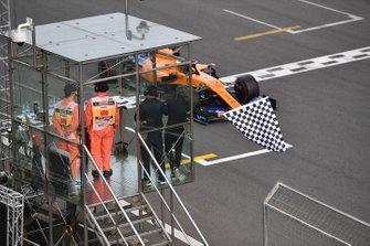 Alain Prost agite le drapeau à damier