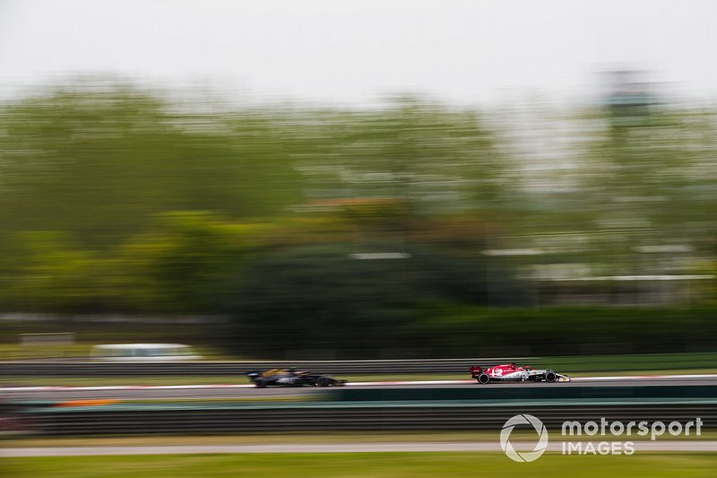 Kimi Raikkonen, Alfa Romeo Racing C38, devant Kevin Magnussen, Haas F1 Team VF-19