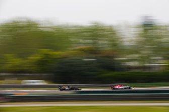 Kimi Raikkonen, Alfa Romeo Racing C38, Kevin Magnussen, Haas F1 Team VF-19