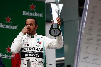 Lewis Hamilton, Mercedes AMG F1, 1° classificato, sul podio con il suo trofeo