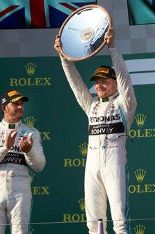 Le vainqueur Valtteri Bottas, Mercedes AMG F1, lève son trophée