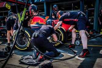 Pit crew Red Bull Racing durante un pit stop