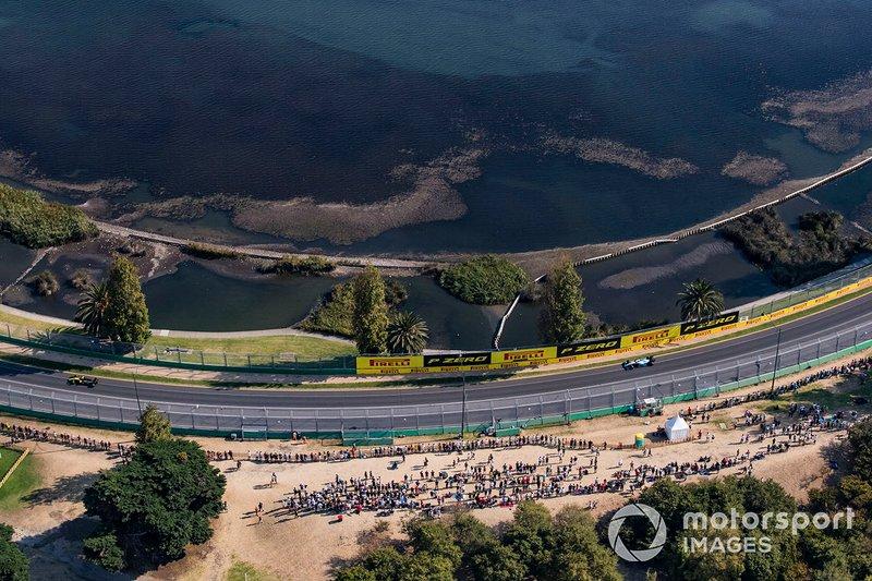 Даніель Ріккардо, Renault F1 Team R.S.19, попереду Роберта Кубци, Williams FW42