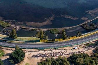 Daniel Ricciardo, Renault F1 Team R.S.19, leads Robert Kubica, Williams FW42