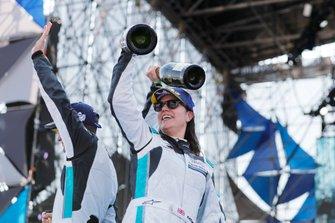 Katherine Legge, Rahal Letterman Lanigan Racing, festeggia la vittoria sul podio