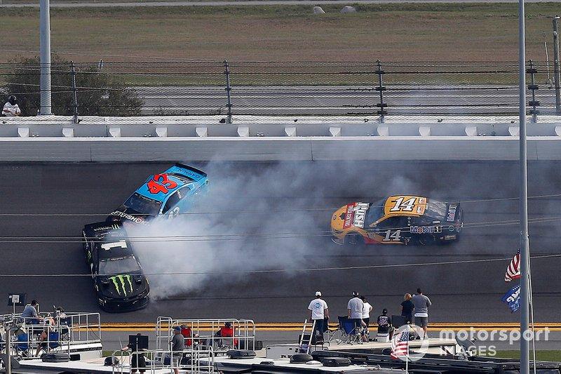 Crash: Kurt Busch, Chip Ganassi Racing Chevrolet; Darrell Wallace Jr., Richard Petty Motorsports Chevrolet