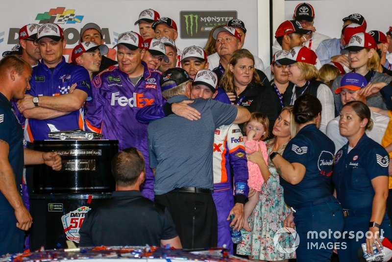 1. Denny Hamlin, Joe Gibbs Racing, mit Coach Joe Gibbs