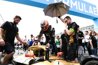 Jean-Eric Vergne, stapt in zijn DS TECHEETAH DS E-Tense FE19 op de grid