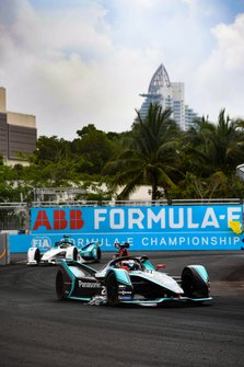 Mitch Evans, Panasonic Jaguar Racing, Jaguar I-Type 3, with an advertising banner stuck to his car, Tom Dillmann, NIO Formula E Team, NIO Sport 004