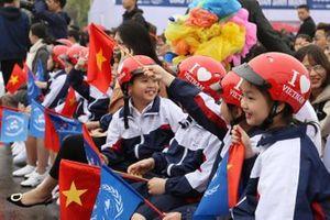 Bambini con la bandiera vietnamita