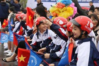 Niños con bandera vietnamita