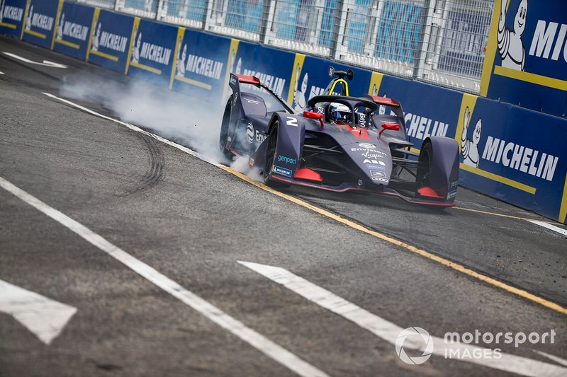 Sam Bird, Envision Virgin Racing, Audi e-tron FE05, locks up a wheel.