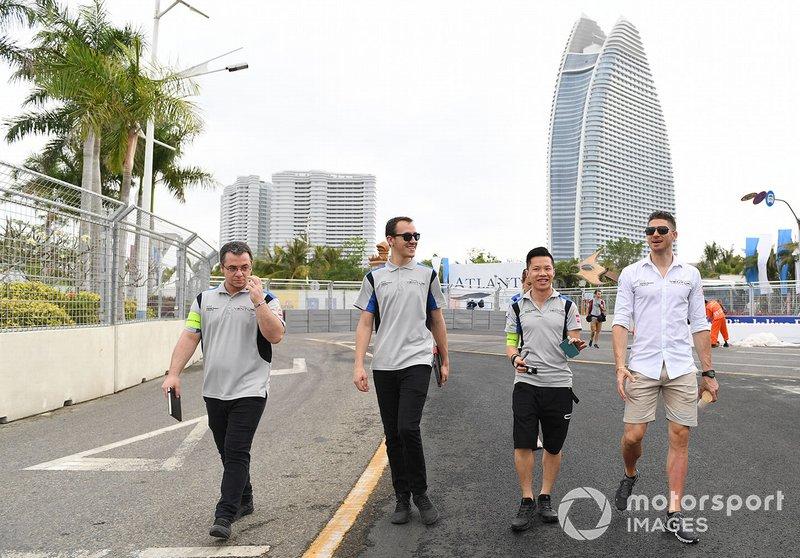 Edoardo Mortara, Venturi Formula E, cammina in pista con alcuni membri del team