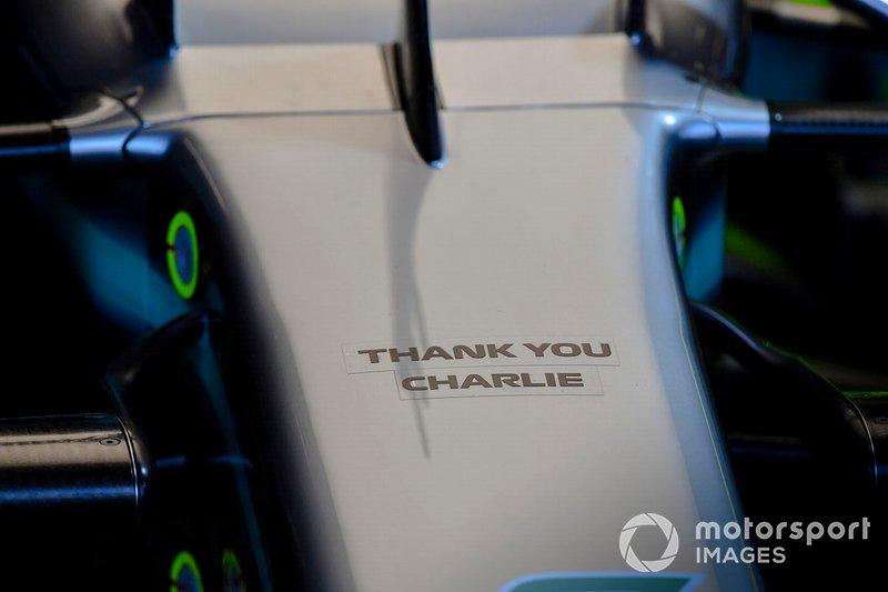 Mercedes AMG F1 W10 burnunda Charlie Whiting, FIA Yarış Direktörü anısına mesaj
