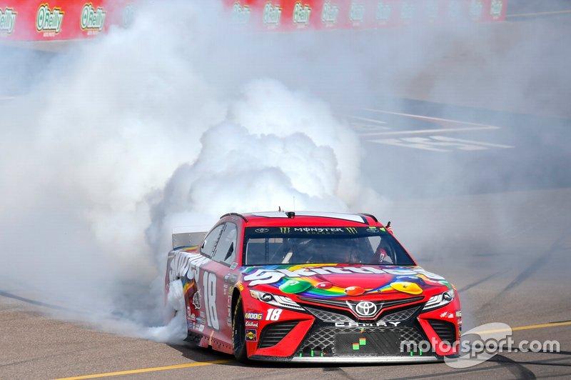 Ganador, Kyle Busch, Joe Gibbs Racing, Toyota Camry SKITTLES