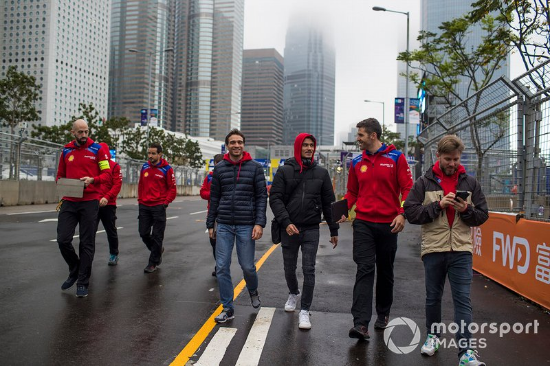 Jérome d'Ambrosio, Mahindra Racing, Pascal Wehrlein, Mahindra Racing, Nick Heidfeld (DEU), Mahindra Racing walk the track with the team