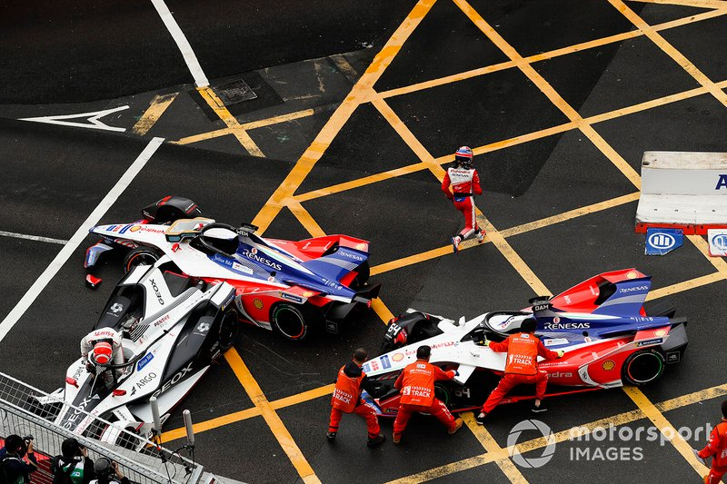 Felipe Nasr, Dragon Racing climbs out of his Penske EV-3 as marshals work to remove the car of Jérôme d'Ambrosio, Mahindra Racing, M5 Electro