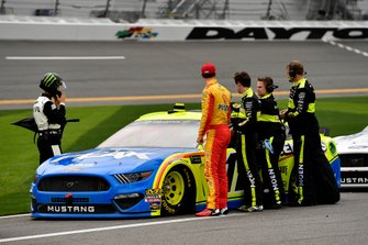 Joey Logano, Team Penske, Ford Mustang Shell Pennzoil and Ryan Blaney, Team Penske, Ford Mustang Menards/Peak
