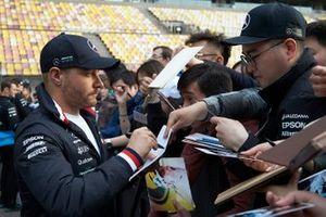 Valtteri Bottas, Mercedes AMG F1, firma autografi ai fan