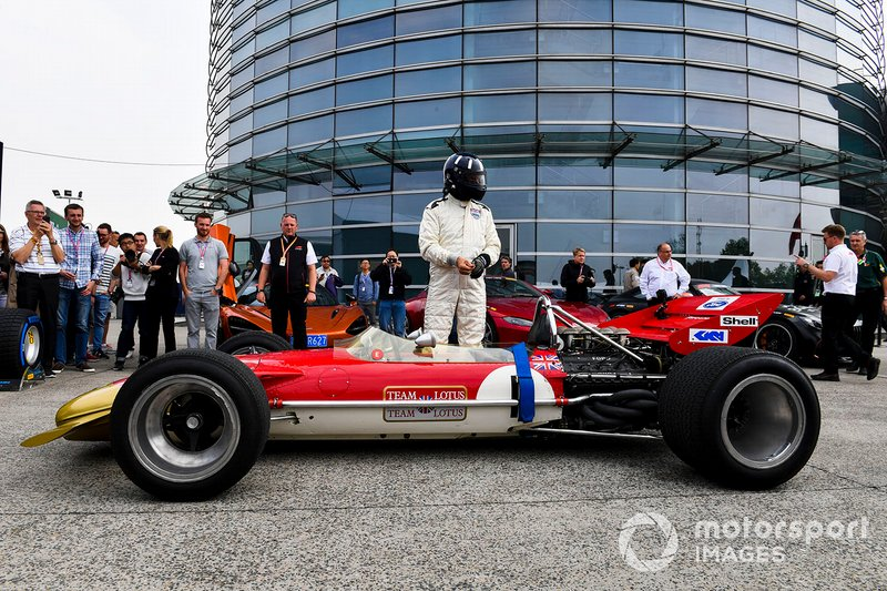 Damon Hill pilota el Lotus 49 de su padre, Graham Hill