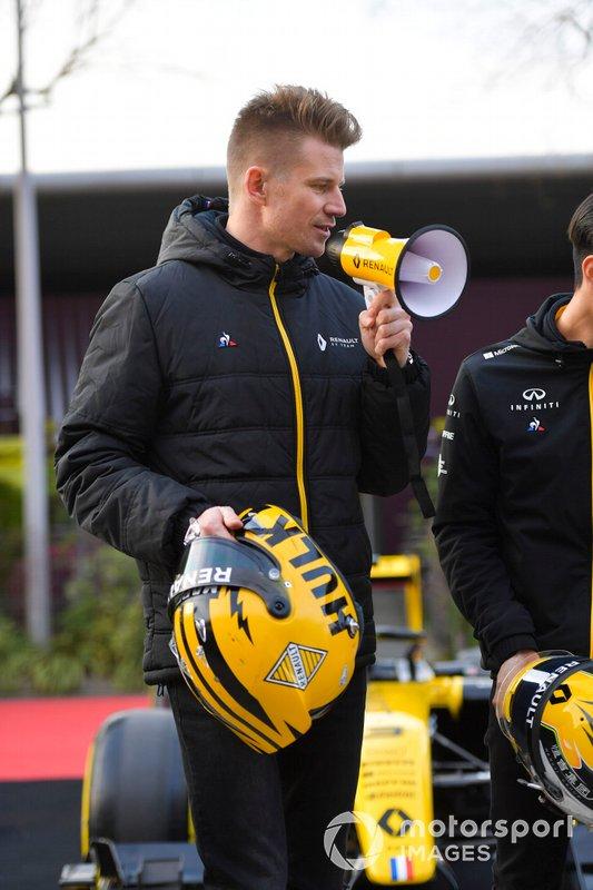 Nico Hulkenberg, Renault F1 Team, posa con il suo casco