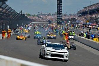 Roger Penske conduce el Chevrolet Camaro Pace Car