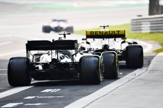 Daniel Ricciardo, Renault F1 Team R.S.19, leads Lewis Hamilton, Mercedes AMG F1 W10