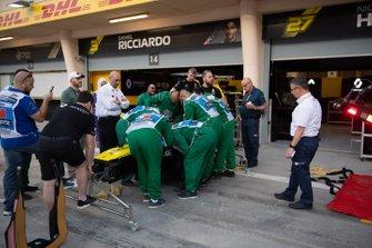 Une équipe d'extraction s'entraîne à sortir quelqu'un d'une voiture