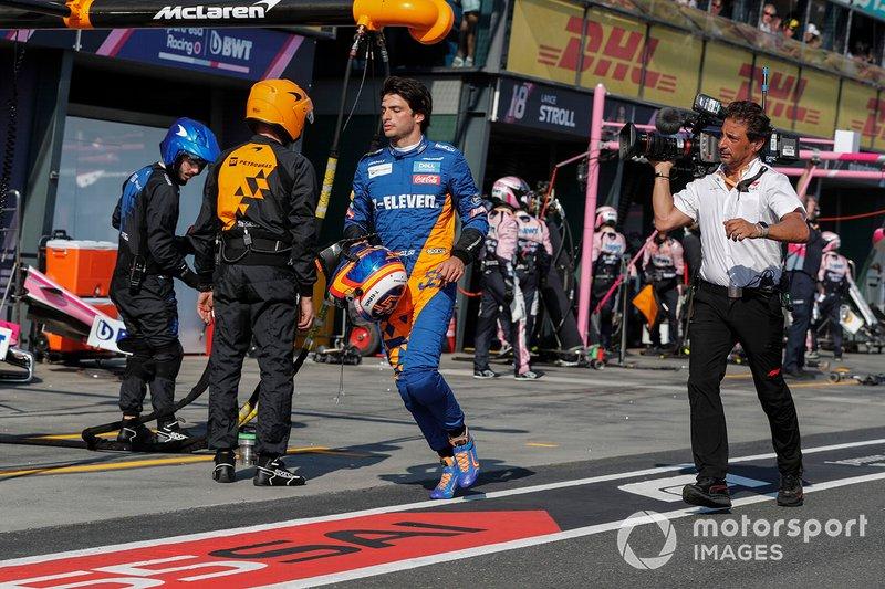 Carlos Sainz Jr, McLaren, regresa a su garaje, Jean-Michel Tibi, camarógrafo de FOM