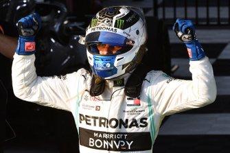 Le vainqueur Valtteri Bottas, Mercedes AMG F1, fête sa victoire en arrivant dans le Parc Fermé