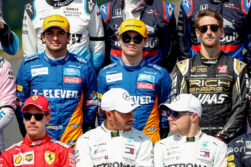 Carlos Sainz Jr., McLaren, Lando Norris, McLaren, Romain Grosjean, Haas F1, Sebastian Vettel, Ferrari, Lewis Hamilton, Mercedes AMG F1, e Valtteri Bottas, Mercedes AMG F1, durante la fotografia dei piloti del 2019