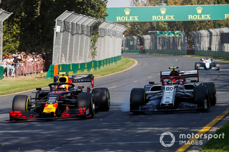 Pierre Gasly, Red Bull Racing RB15, in lotta con Antonio Giovinazzi, Alfa Romeo Racing C38