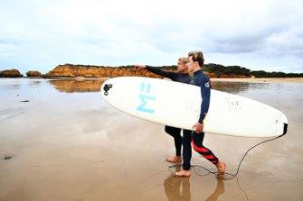 Pierre Gasly, Red Bull Racing, va a fare surf con la leggenda del surf Mick Fanning