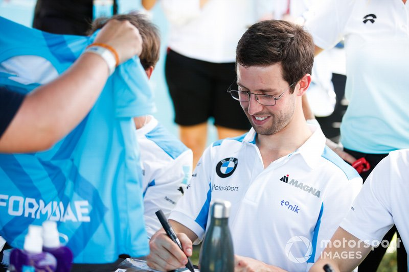 Alexander Sims, BMW I Andretti Motorsports signs autographs