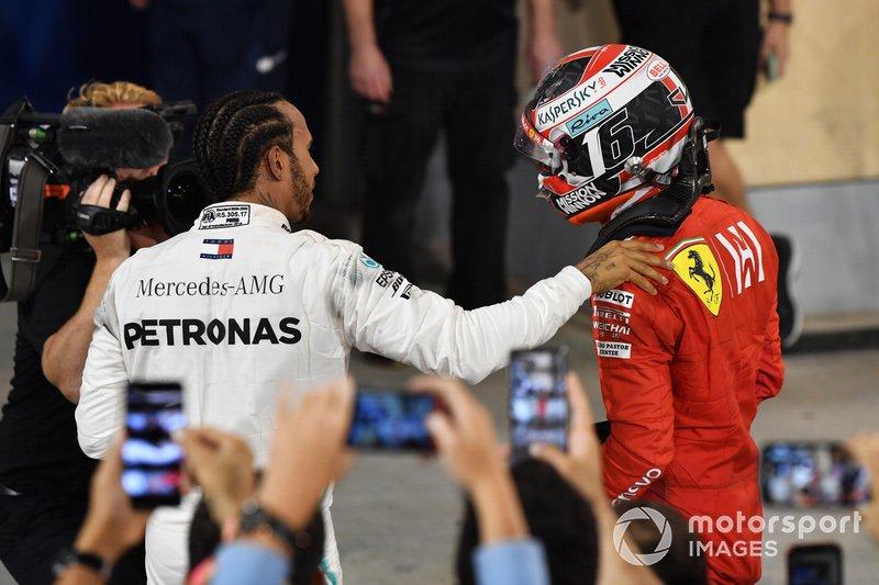 Lewis Hamilton, Mercedes AMG F1, 1° classificato, con Charles Leclerc, Ferrari, 3° classificato, nel parco chiuso