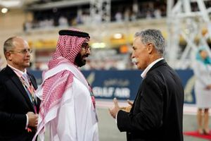 Chase Carey, Chairman, Formula 1, on the grid with a member of the Bahrain royal family