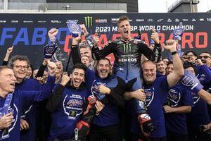 Il campione del mondo Fabio Quartararo, Yamaha Factory Racing festeggia con la sua squadra