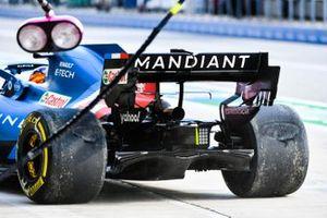 Fernando Alonso, Alpine A521, nella corsia dei box