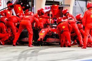Sebastian Vettel, Ferrari SF1000, dans les stands