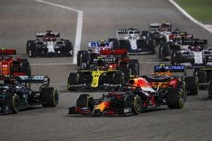 Alex Albon, Red Bull Racing RB16, Valtteri Bottas, Mercedes F1 W11, Esteban Ocon, Renault F1 Team R.S.20, Lando Norris, McLaren MCL35, and the remainder of the field at the restart