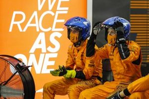 El equipo de boxes de McLaren ve la carrera en los monitores del garaje