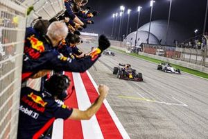 Max Verstappen, Red Bull Racing RB16 and Daniil Kvyat, AlphaTauri AT01 cross the finish line