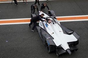 Les mécaniciens poussent la monoplace de Norman Nato, Venturi Racing, Silver Arrow 02