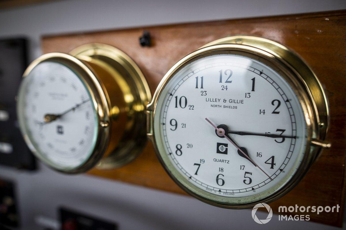 Relojes en el puente de mando del St Helena
