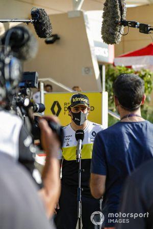 Fernando Alonso, Renault F1, talks to the press