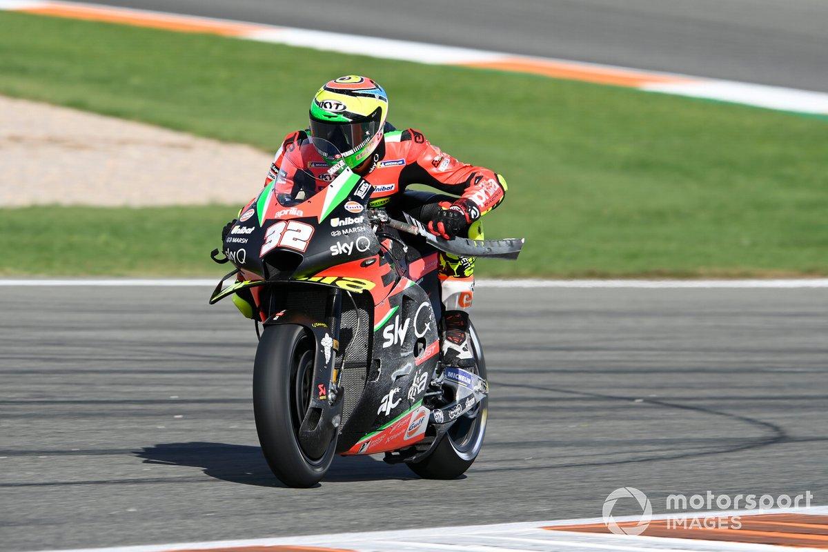 Lorenzo Savadori, Aprilia Racing Team Gresini, mentre toglie un pezzo della moto