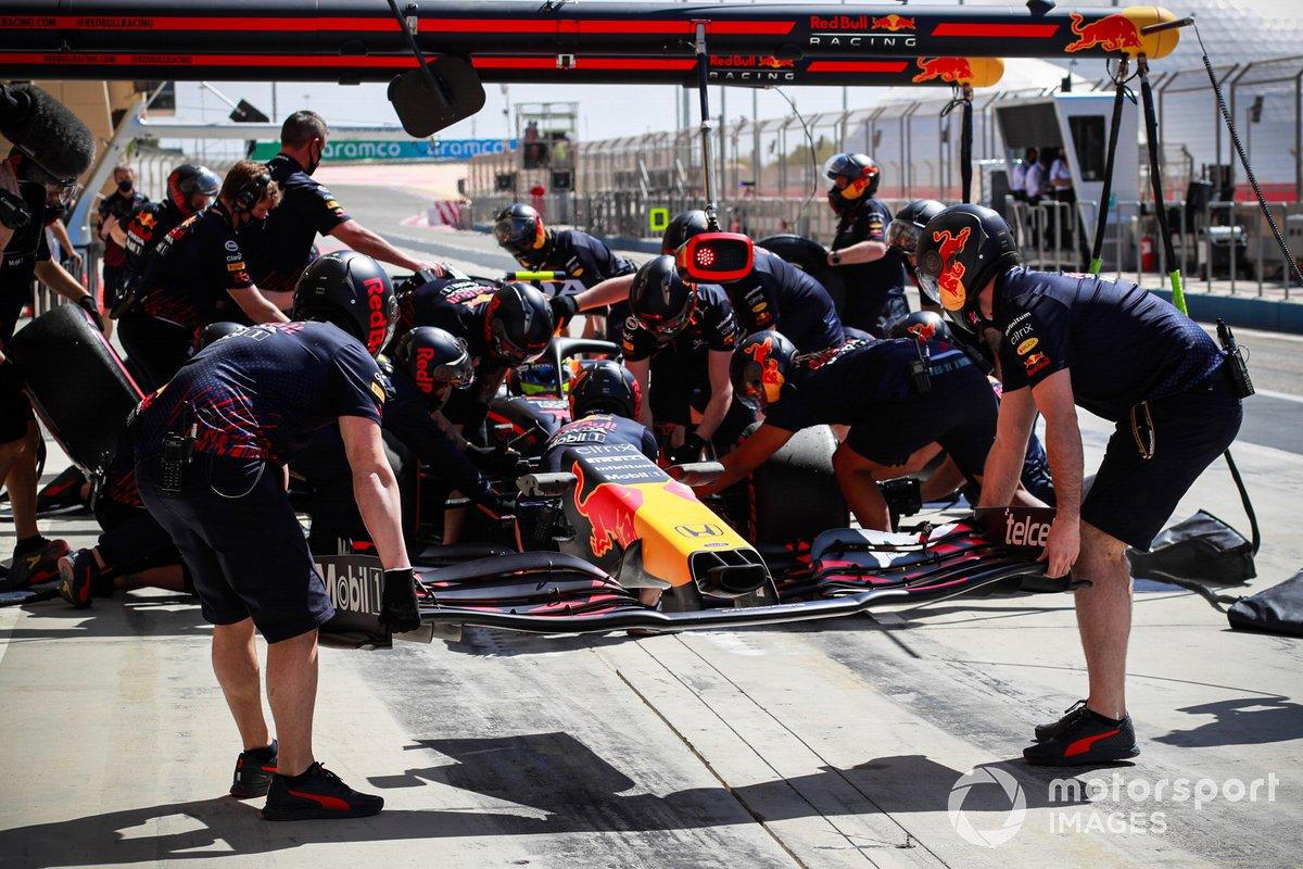 Los mecánicos montan un nuevo alerón delantero en el coche de Sergio Perez, Red Bull Racing RB16B